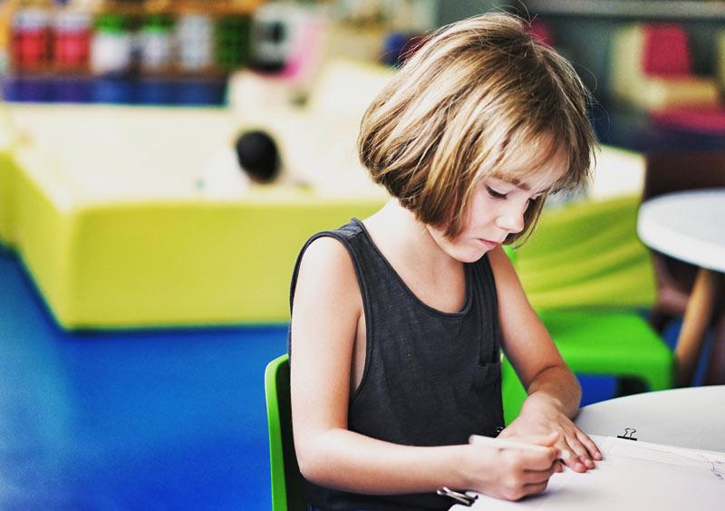 دختر-بچه-در-کلاس-با-هوای-پاک