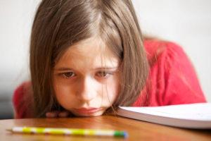 دختربچه-غمگین-تصفیه-هوای-محیط-آموزشی